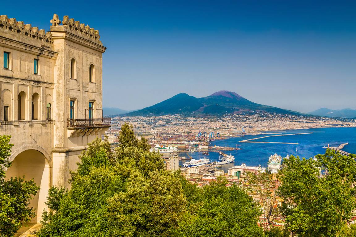 Region Kampanien - Ausblick auf den Vesuv im Golf von Neapel