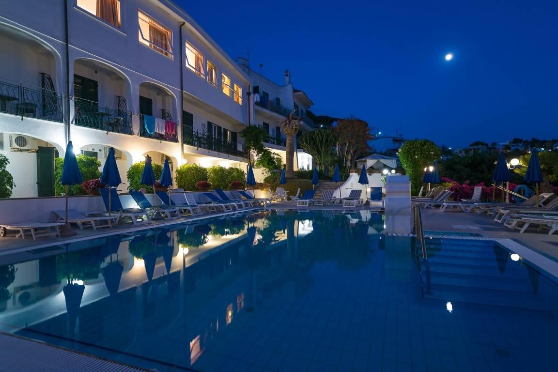 Hotel Capizzo - Pool bei Nacht